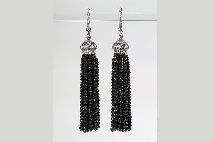 Fantastsich paar oorbellen met klassevol flochemodel in witgoud (18 karaat) met ca 95 karaat zwarte diamant van hoge kwaliteit in brioletslijp en zeker 1 75 karaat blauwwitte (E/F) kwaliteitsbriljant (Vvs/Vs)