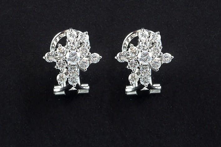 Paar oorbellen in witgoud (18 karaat) met bloemvormig sierstuk in totaal bezet met zeker 0 80 karaat witte (G) kwaliteitsbriljant (Si)