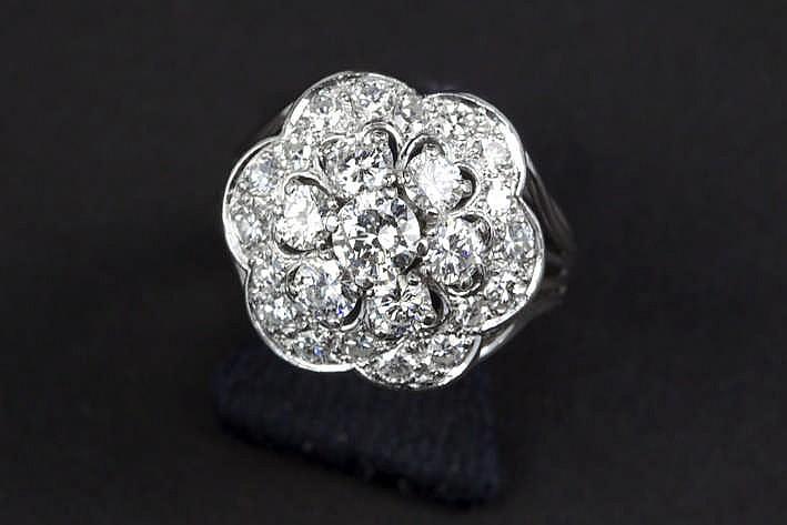 Ring in platina met een bloemvormig sierstuk bezet met ca 1 90 karaat blauwwitte (F) kwaliteitsbriljant (Vs)