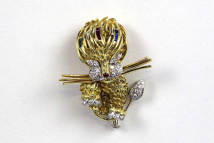 Broche van de jaren '70 in de vorm van een leeuwtje in wit en geelgoud (18 karaat) en bezet met robijn smaragd en saffier in carréslijp en met ca 0 30 karaat diamant in achtkantslijp - 14 9 gram