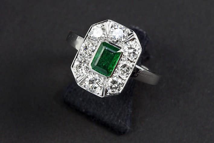 Mooie ring met een Art Deco-entouragemodel in grijs goud (18 karaat) en bezet met een Colombiaanse smaragd van ca 1 karaat omringd door ca 1 60 karaat blauwwitte (F) kwaliteitsbriljant (Vvs)