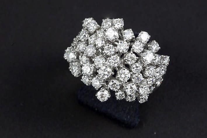 Schitterende ring in witgoud (18 karaat) bezet met ca 4 karaat blauwwitte (D/E/F) loepzuivere/Vvs kwaliteitsbriljant (zgn