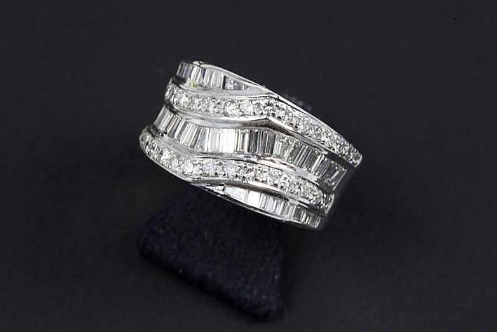 Fraaie modieuze ring met mooi bandmodel in witgoud (18 karaat) bezet met ca 2 80 karaat blauwwitte (E/F) kwaliteitsbriljant (Vs) in baguette- en klassieke slijp - 9 3 gram