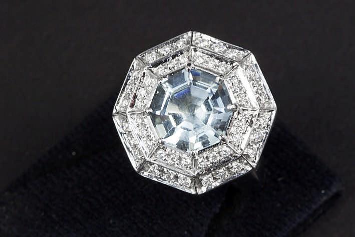 Ring in witgoud (18 karaat) met getrapt octogonaal sierstuk centraal bezet met een aquamarijn van ca 5 50 karaat met mooie kleur omringd door ca 0 90 karaat witte (G) kwaliteitsbriljant (Vs)