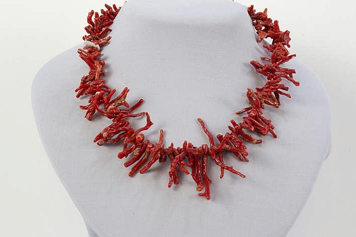 Collier met takjes rode koraal en met een slot in geelgoud (18 karaat) met kleine cabochon van koraal