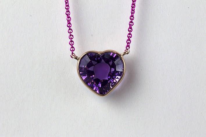 Zeer hedendaags juweel met een hartvormig geslepen amethyste van ca 4 50 karaat en met een ketting in roos geëmailleerd zilver