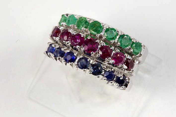 Set van drie ringen met halve alliance-model in witgoud (18 karaat) (apart of in combinatie te dragen) bezet met ca 0 65 karaat smaragd ca 0 65 karaat saffier en ca 0 65 karaat robijn