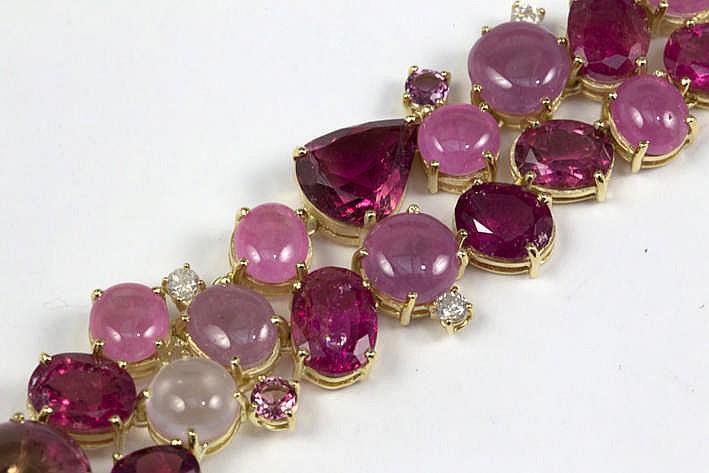 Superb volledig met de hand gerealiseerd bracelet met een vrij breed model in geelgoud (18 karaat) en op een vrij organische manier bezet met roze toermalijnen en rose quartz met verschillende slijpwijzes groottes en tinten hier en daar afgewisseld