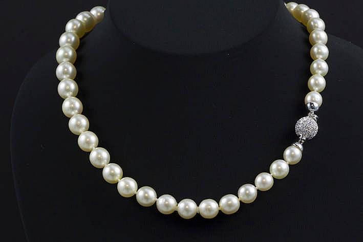 Prachtig collier met één rang op de mooie luster de witte kleur en de grootte (van 9 1 tot 11 5 mm) gezochte Zuidzee-parels en met een bol slot in witgoud (18 karaat) bezet met ca 1 30 karaat witte (G) kwaliteitsbriljant (Vs)