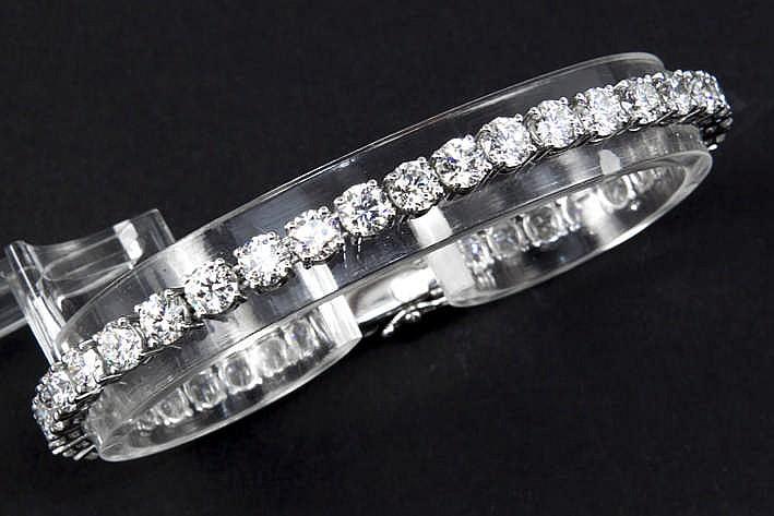 Schitterend bracelet met een klassiek rivièremodel in witgoud (18 karaat) rondom bezet met ruime 'kwartkaraters' in briljant - in totaal : tussen de 10 en 10 50 karaat witte (F/G/H) kwaliteitsbriljant (Vs) - met dubbele veiligheid