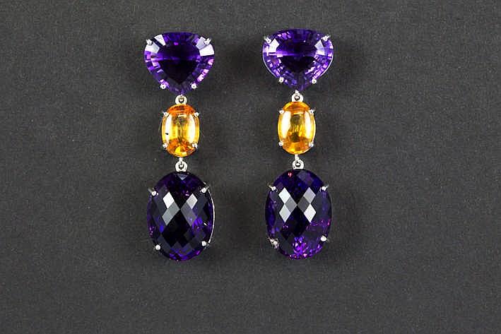 Elegant paar oorbellen in witgoud (18 karaat) telkens bezet met twee ovaalgeslepen amethysten en een gele saffier - in totaal : zeker 25 50 karaat edelstenen