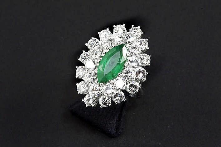 Prachtige ring in witgoud (18 karaat) met een dubbel entouragemodel met een ovaal sierstuk centraal bezet mooie smaragd van ca 2 karaat in zgn marquiseslijp omringd door ca 3 80 karaat witte (F/G/H) kwaliteitsbriljant (Vvs/Vs) - 7 4 gram