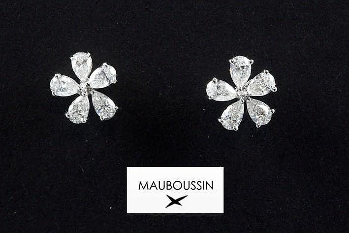 MAUBOUSSIN fraai Paar oorbellen in witgoud (18 karaat) met een organische bloemvorm en bezet met ca 1 50 karaat witte (F/G) kwaliteitsbriljant (Vs) getekend