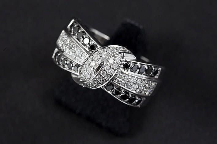 Ring met lusvormig sierstuk in witgoud (18 karaat) bezet met ca 0 70 karaat zwarte briljant en ca 0 35 karaat blauwwitte (F) kwaliteitsbriljant (Vs)