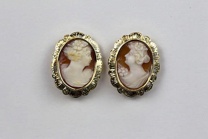 Paar oorbellen (met clips) in geelgoud (18 karaat) telkens bezet met een ovale fijngesneden camee - 11 6 gram
