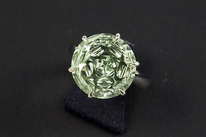 Solitair gezette amethyste met een zeldzamere (mooie) groene kleur van zeker 9 karaat en met een briljantslijp gezet in een klassieke met de hand gemaakte ring in witgoud (18 karaat)