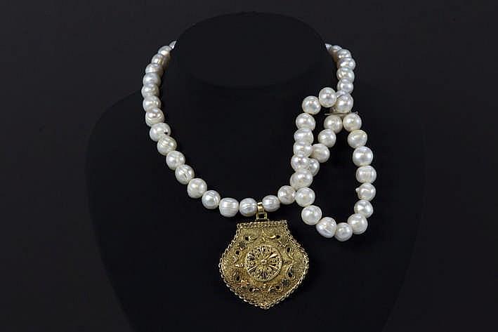 Collier met één rij op de witte kleur gezochte barokke parels en met een fraai geajoureerd pendatief en slot in geelgoud (18 karaat) - met bijhorende armband met parels