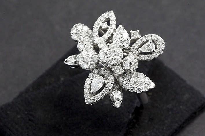 Speciale modieuze ring in witgoud (18 karaat) met een apart bloementuilvormig sierstuk bezet met ca 1 20 karaat witte (E/F/G) kwaliteitsbriljant (VS/Si)