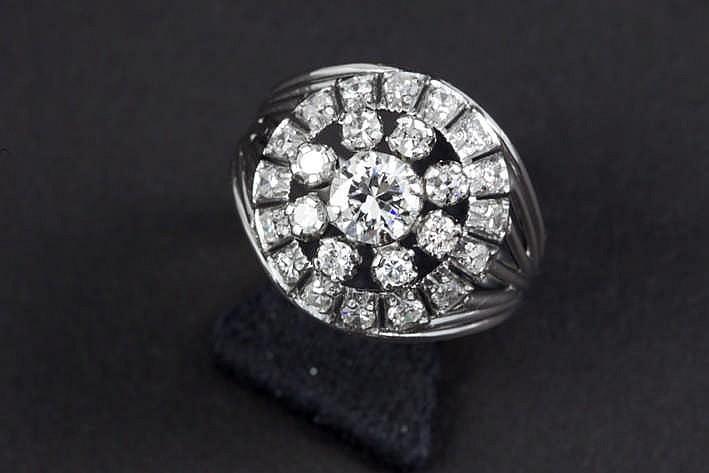 Ring met een soort chevalièremodel in witgoud (18 karaat) met een centrale witte (G) kwaliteitsbriljant (Vs) van 0 70 karaat omringd door ca 0 60 karaat witte (H) briljant (Si)