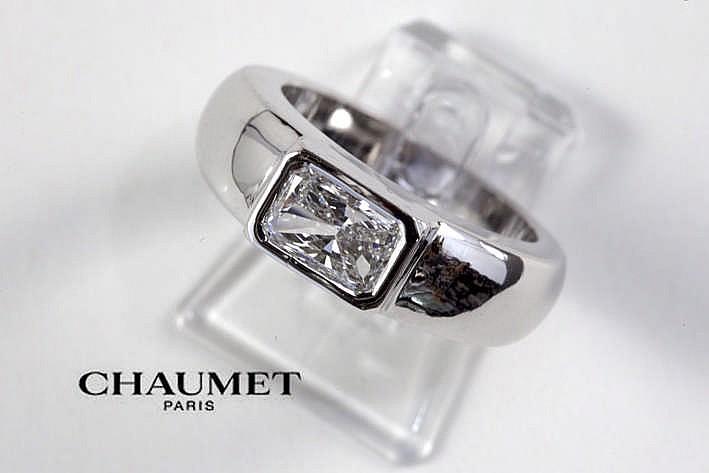 CHAUMET solitaire blauwwitte (E/F) kwaliteitsbriljant (Vs1) van ca 1 karaat gezet in een ring in witgoud (18 karaat) getekend