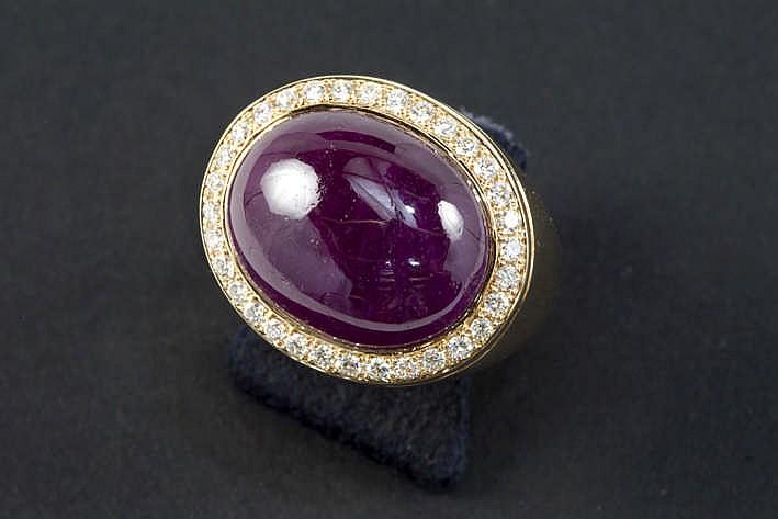 Modieuze ring in roos geelgoud (18 karaat) met een centrale robijn van 14 43 karaat in cabochonslijp omringd door ca 0 35 karaat blauwwitte (D/E/F) kwaliteitsbriljant (Vvs/Vs) - 13 2 gram