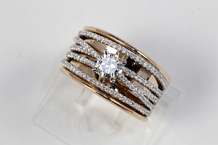 Hedendaagse ring in roos en witgoud (18 karaat) met een centrale solitaire briljant (I/J - Vvs) van ca 0 55 karaat gezet op fijne banden bezet met zeker 0 60 karaat blauwwitte (E/F) kwaliteitsbriljant (Vvs/Vs)
