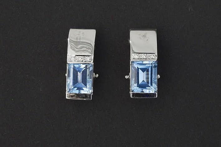Modern paar oorbellen in witgoud (18 karaat) met een bandvormig sierstuk bezet met blauwe topaas en briljant - in totaal : ca 5 karaat topaas met typisch blauwe kleur en met blauwwitte (E/F) kwaliteitsbriljant (Vs)