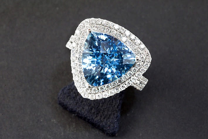 Ring in witgoud (18 karaat) met een driehoekig sierstuk centraal bezet met een blauwe topaas omringd door ca 1 20 karaat witte (F/G) kwaliteitsbriljant (Vs/Si)
