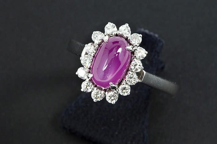 Ring in witgoud (18 karaat) met een entouragemodel met een centrale natuurlijke roze stersaffier van ca 2 50 karaat omringd door ca 0 45 karaat witte (F/G/H) kwaliteitsbriljant (Vvs/Vs)