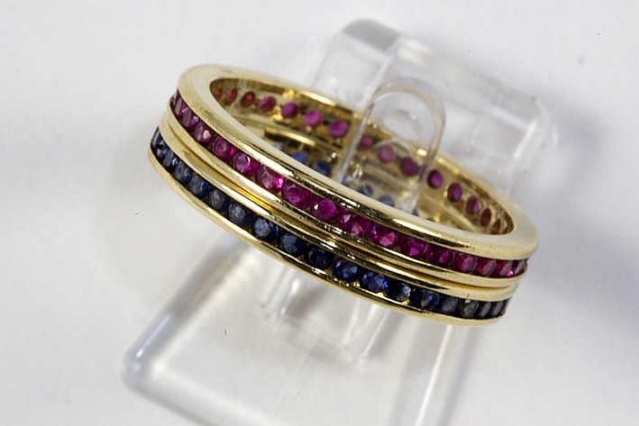 Paar ringen (soort alliances) in geelgoud (18 karaat) telkens rondom bezet één met saffier en één met robijn in zgn railzetting