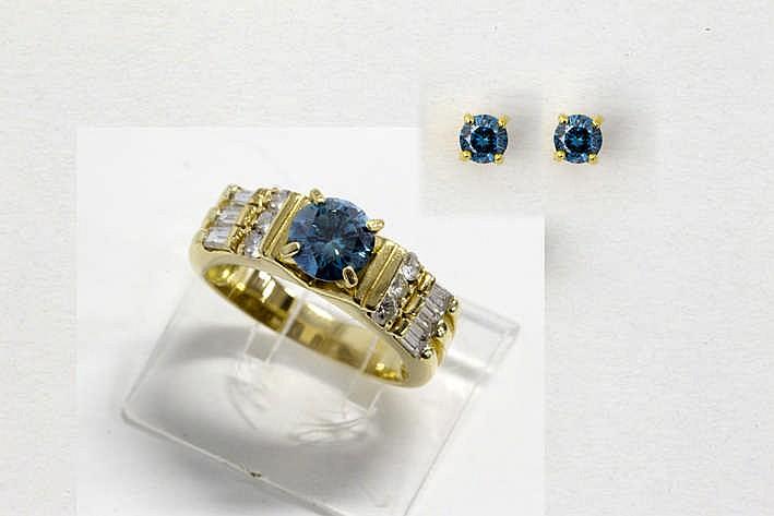 Juwelenset in geelgoud (18 karaat) bezet met treated blueish fancy color-briljant (P) en bestaande uit een paar oorbellen met zgn dormeusemodel bezet met 0 40 karaat briljant en een ring bezet met ca 1 karaat fancy color-brilj en ca 0 40 karaat