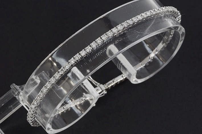 Klassiek bracelet met een zgn rivièremodel in witgoud (18 karaat) rondom bezet met briljant - in totaal : zeker 1 60 karaat blauwwitte (D/E/F) kwaliteitsbriljant (Vvs/Vs) - met dubbele veiligheid - 7 6 gram