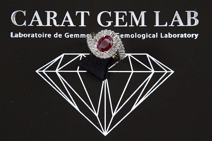 Klassevolle ring in geel en witgoud (18 karaat) met een apart sierstuk met een centrale Birmaanse (heated) robijn van 1 76 karaat en met ca 2 karaat blauwwitte (F) kwaliteitsbriljant (Vvs) in baguetteslijp met certificaat CGL voor de robijn