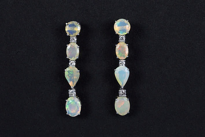 Paar elegante volledig met de hand gerealiseerde oorbellen in witgoud (18 karaat) afwisselend bezet met opalen met fraaie kleur en met briljant - in totaal: 4 70 karaat opaal