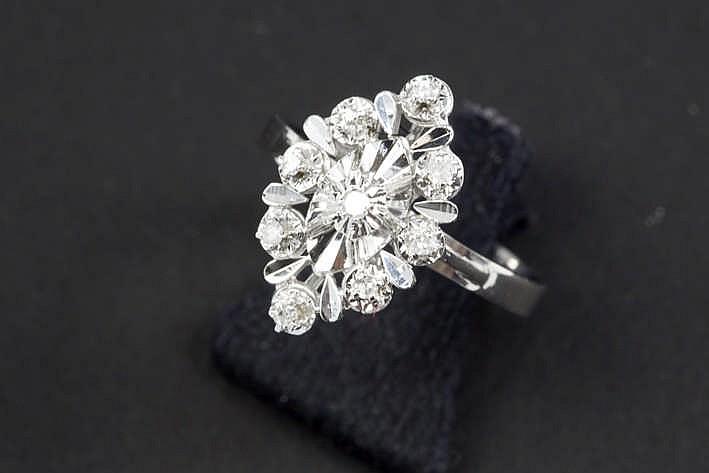 Franse ring in witgoud (18 karaat) met een marquisevormig sierstuk bezet met ca 0 10 karaat witte (G/H) kwaliteitsbriljant (Vs)