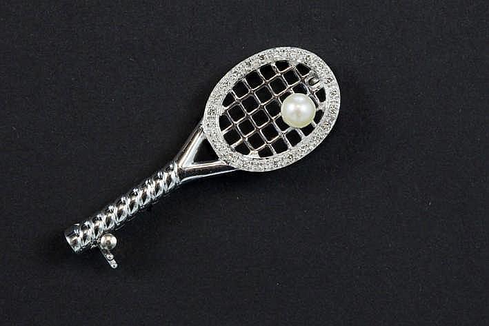 Broche in de vorm van een tennisraket in witgoud (18 karaat) bezet met een parel en met ca 0 20 karaat witte (E/F/G) kwaliteitsbriljant (Vvs/Vs)
