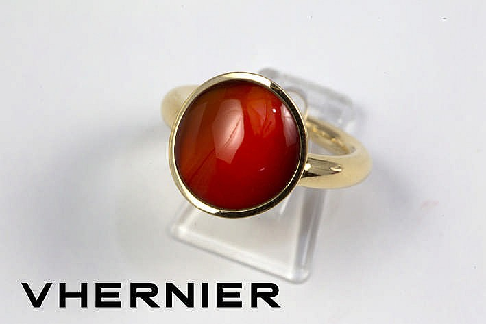 VHERNIER moderne ring in geelgoud (18 karaat) met een beweegbaar gegalbeerd sierstuk bezet met een plat geslepen cabochon van kornalijn getekend