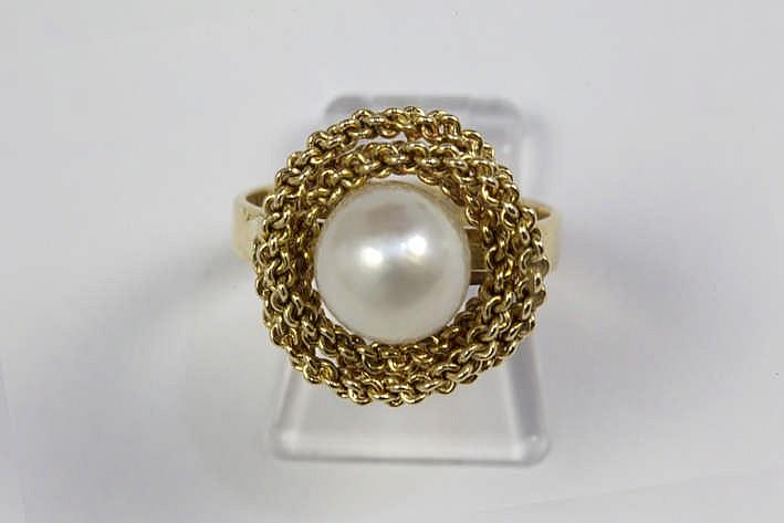 Ring in geelgoud (18 karaat) met een sierstuk centraal bezet met een mooie witte parel
