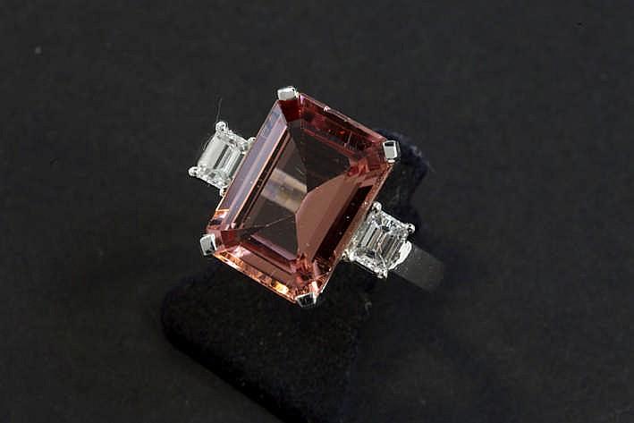 Moderne ring in witgoud (18 karaat) bezet met een roze tourmalijn van ca 5 30 karaat geflankeerd aan beide zijden door een briljant in smaragdslijp samen 0 42 karaat wegend