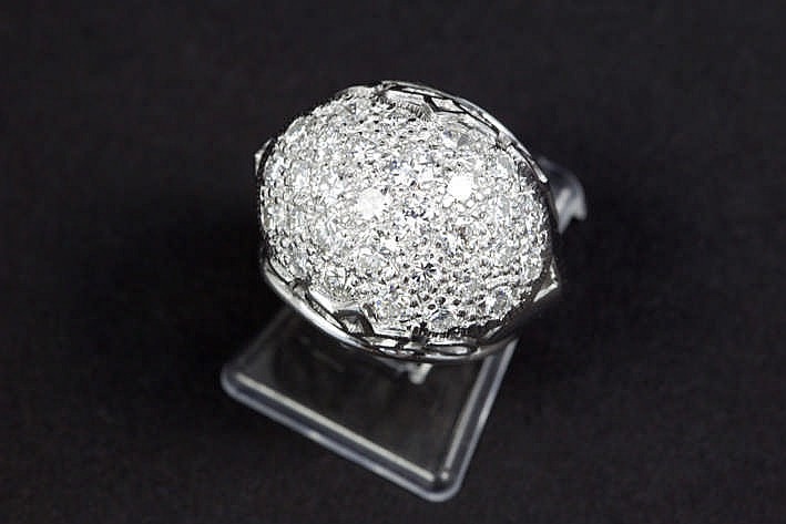 Ring in witgoud (18 karaat) met een bolvormig sierstuk bezet met ca 1 70 karaat blauwwitte (F) kwaliteitsbriljant (Vs)