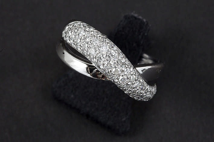 Ring in witgoud (18 karaat) met een dubbele band waarvan de bovenste bezet is met ca 1 karaat witte (G) kwaliteitsbriljant (Si)