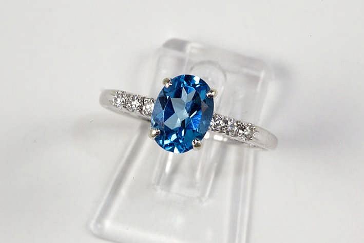 Fijne ring in witgoud (18 karaat) met een ovaal sierstuk met een blauwe topaas geflankeerd door 0 15 karaat blauwwitte (D/E/F) kwaliteitsbriljant (Vvs/Vs) - 2 6 gram