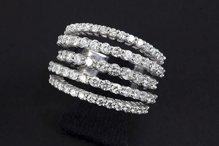 Mooie hedendaagse ring in witgoud (18 karaat) met banden (inn verschillende hoogtes) en bezet met zeker 2 55 karaat blauwwitte (D/E/F) kwaliteitsbriljant (Vvs/Vs)