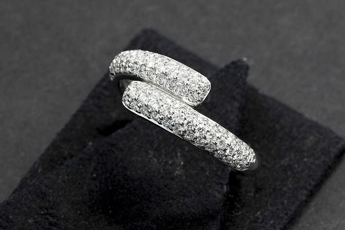 Moderne ring in witgoud (18 karaat) met dubbel fijn sierstuk in totaal bezet met een klein karaat blauwwitte (E/F) kwaliteitsbriljant (Vs)