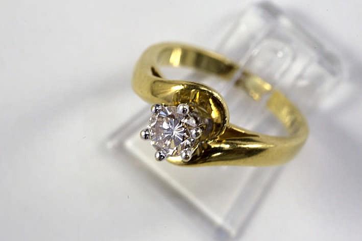 Solitaire briljant van ca 0 60 karaat met K-kleur en Vs2-zuiverheid gezet in een ring in geelgoud (18 karaat)