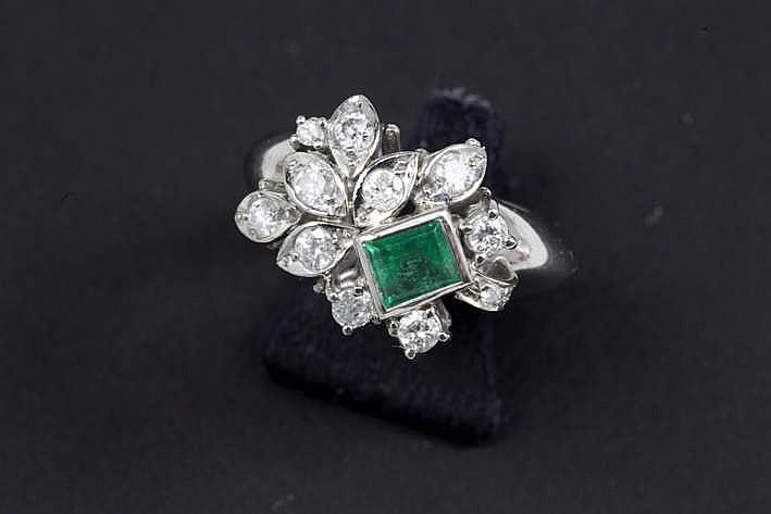 Ring in witgoud (18 karaat) met een apart sierstuk bezet met een rechthoekige smaragd van ca 0 60 karaat en met ca 0 60 karaat witte (G/H) briljant (Si/P)