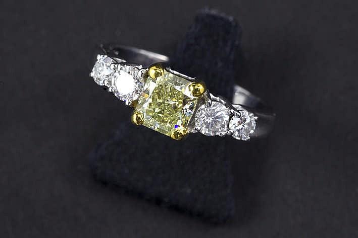 Mooie solitaire fancy color-briljant met natuurlijk lichtgele kleur en Vvs-zuiverheid gezet in een ring in witgoud (18 karaat) bezet met ca 0 60 karaat blauwwitte (F) kwaliteitsbriljant (Vvs)