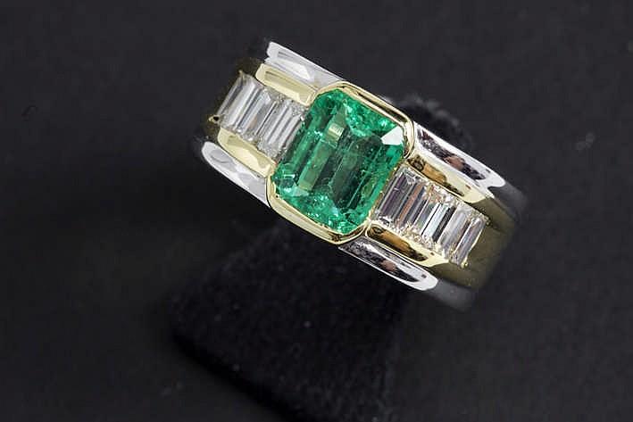 Solitaire smaragd van ca 1 30 karaat in de klassieke slijp en met fraaie kleur gezet in een band ring in geel en witgoud (18 karaat) bezet met ca 0 90 karaat blauwwitte (F) kwaliteitsbriljant (Vvs) in baguetteslijp