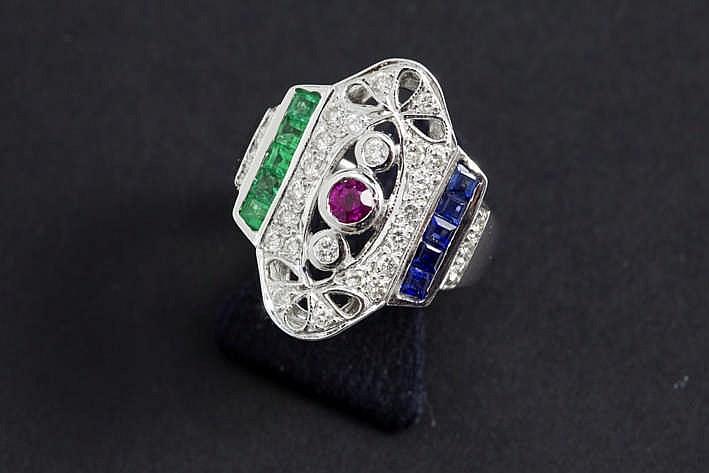 Ring met een attractief Art Deco-model in grijs goud (18 karaat) met een vrij typisch sierstuk bezet met saffier robijn en smaragd en met ca 0 70 karaat briljant