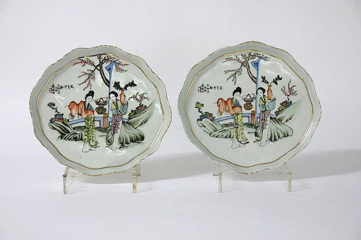 Lot met een paar Chinese ovale schalen met opstand in porselein met een polychroom figurendecor - 27 x 25 cm
